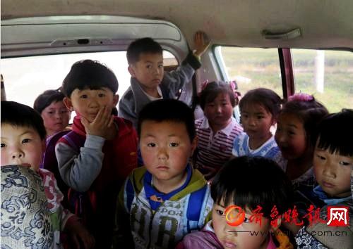 七座的黑幼儿园校车竟挤了二十四个娃